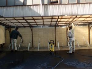 社員自転車置場の清掃